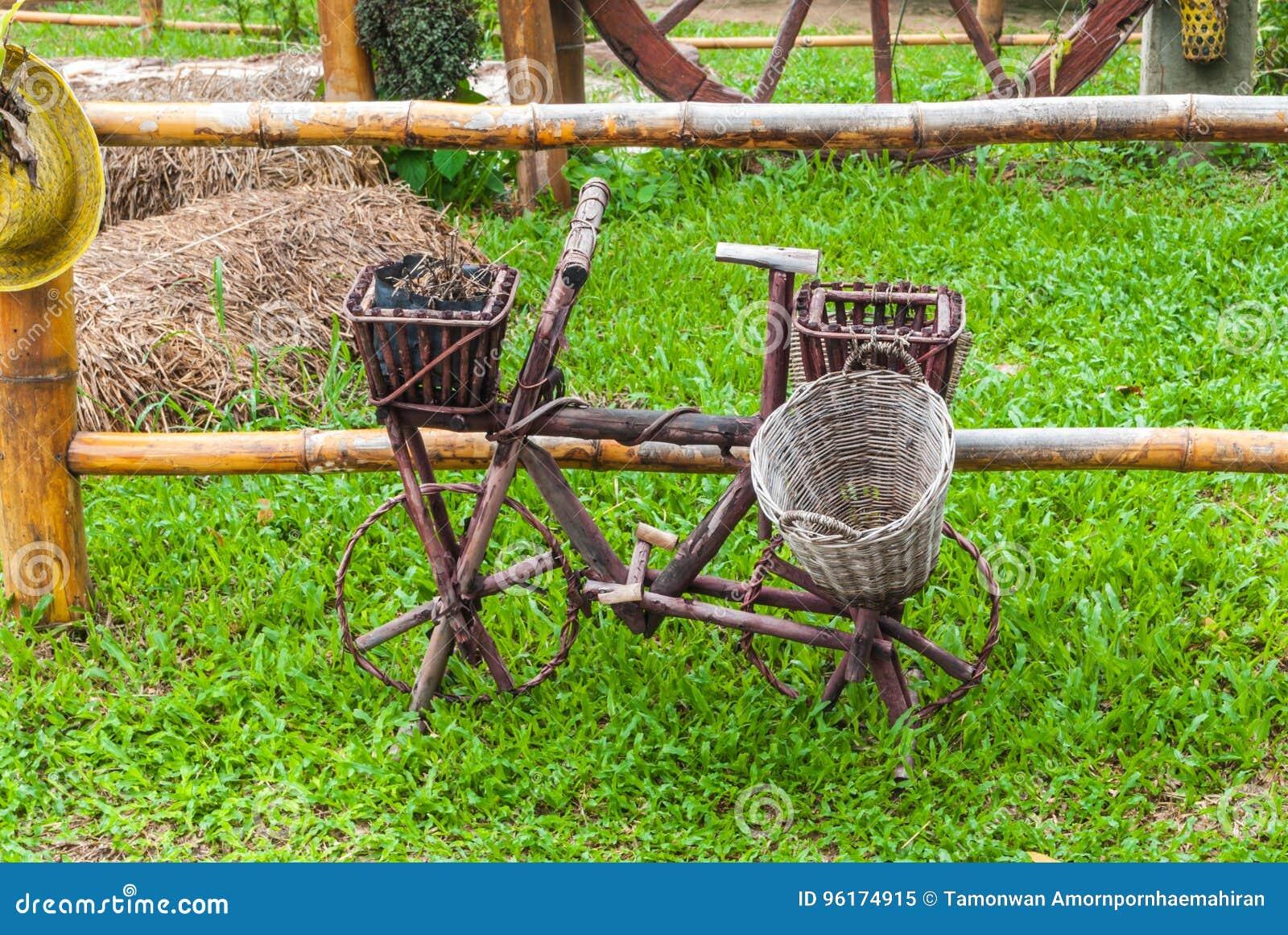 Decorazioni In Legno Per Giardino : Vecchia bicicletta di legno per la decorazione su erba in giardino