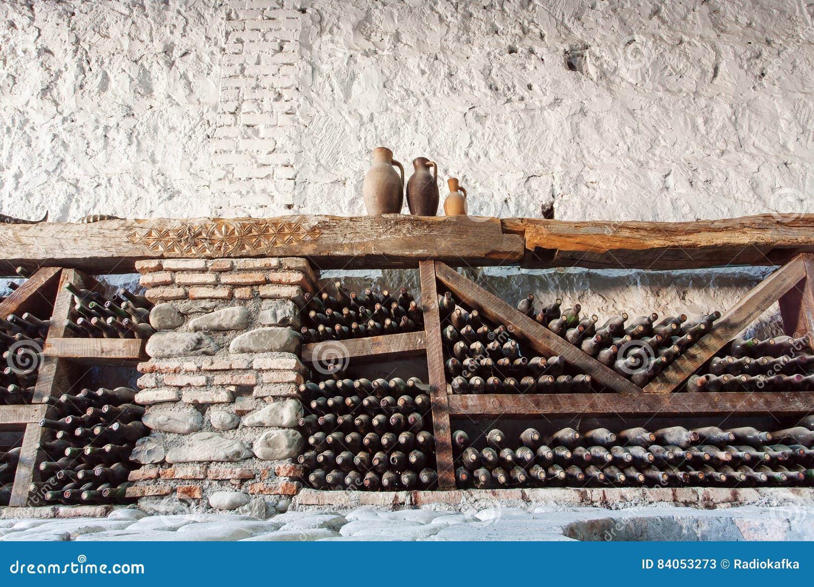 Pareti Con Bottiglie Di Vetro : Vecchia cantina con molti bottiglie di vetro polverose e scaffali