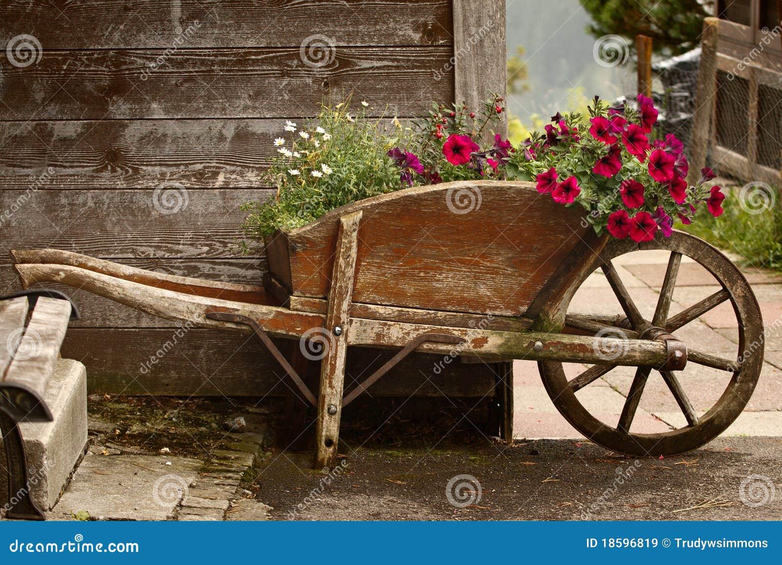 Vecchia carriola di legno con i fiori immagini stock libere da diritti immagine 18596819 - Carriola in legno da giardino ...