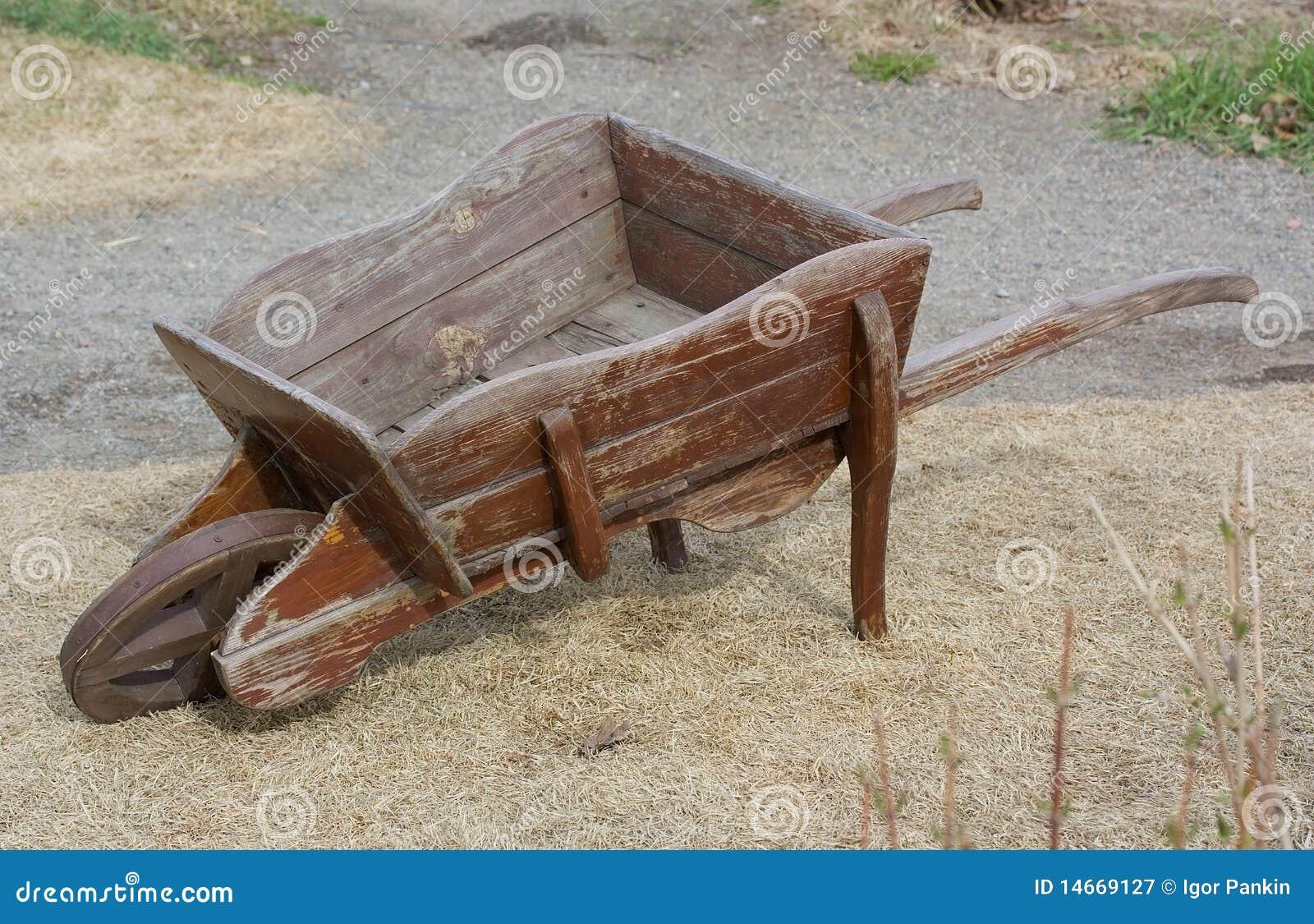 Vecchia carriola di legno vuota immagine stock immagine 14669127 - Carriola in legno da giardino ...