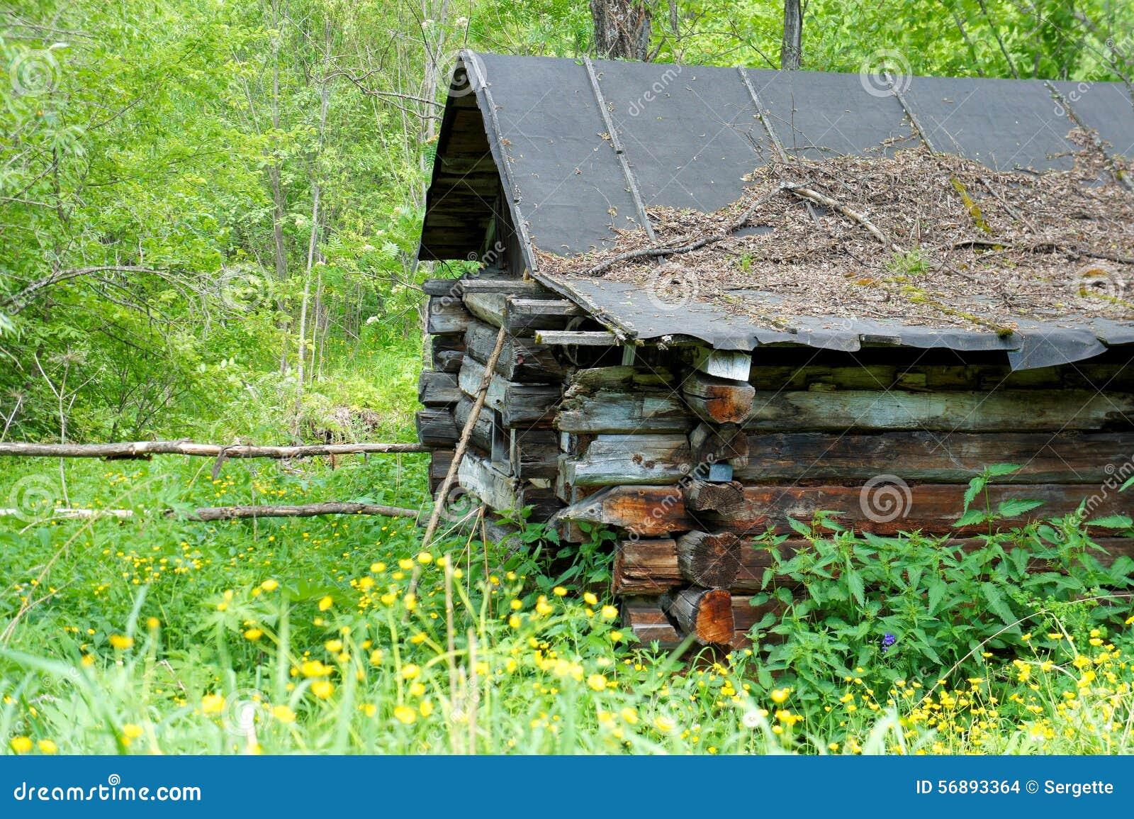 Vecchia casa abbandonata nel villaggio siberiano Sayan siberia