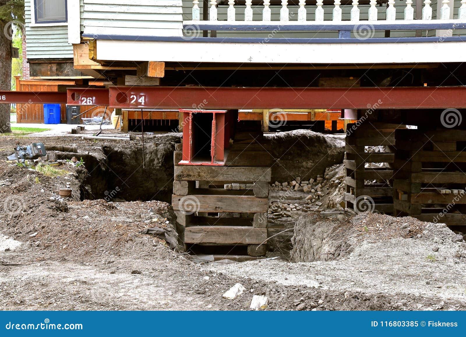 Vecchia casa che riposa sulle travi e sui legnami