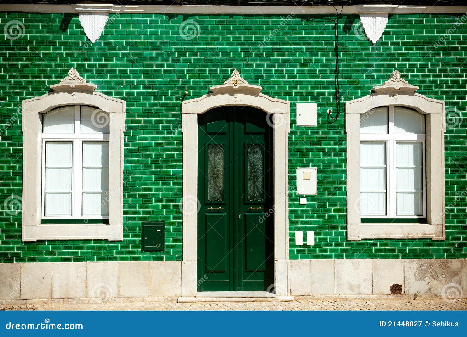 Vecchia casa con le mattonelle verdi sulla facciata immagine stock