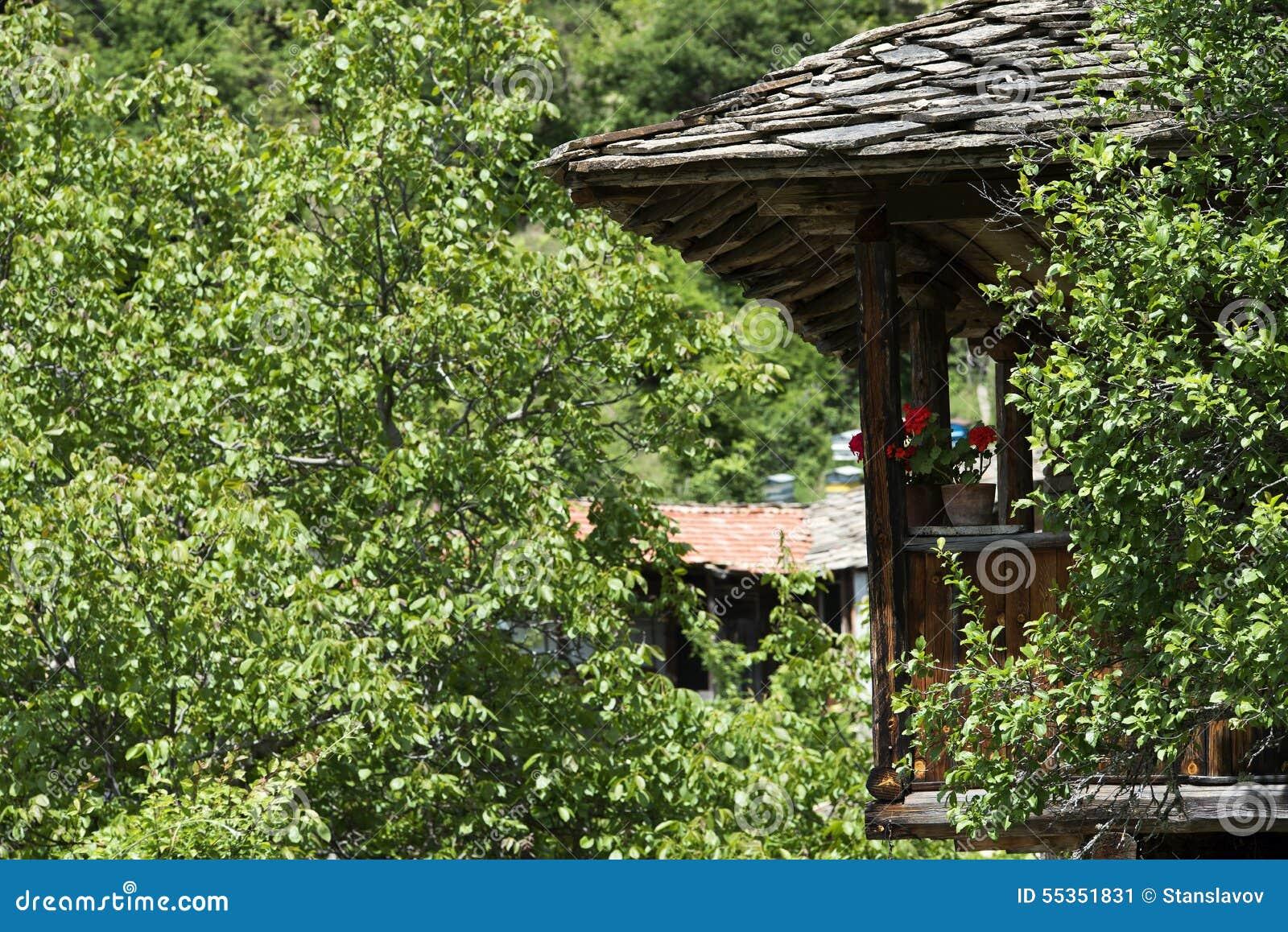 Vecchia casa dalla pietra e dal legno