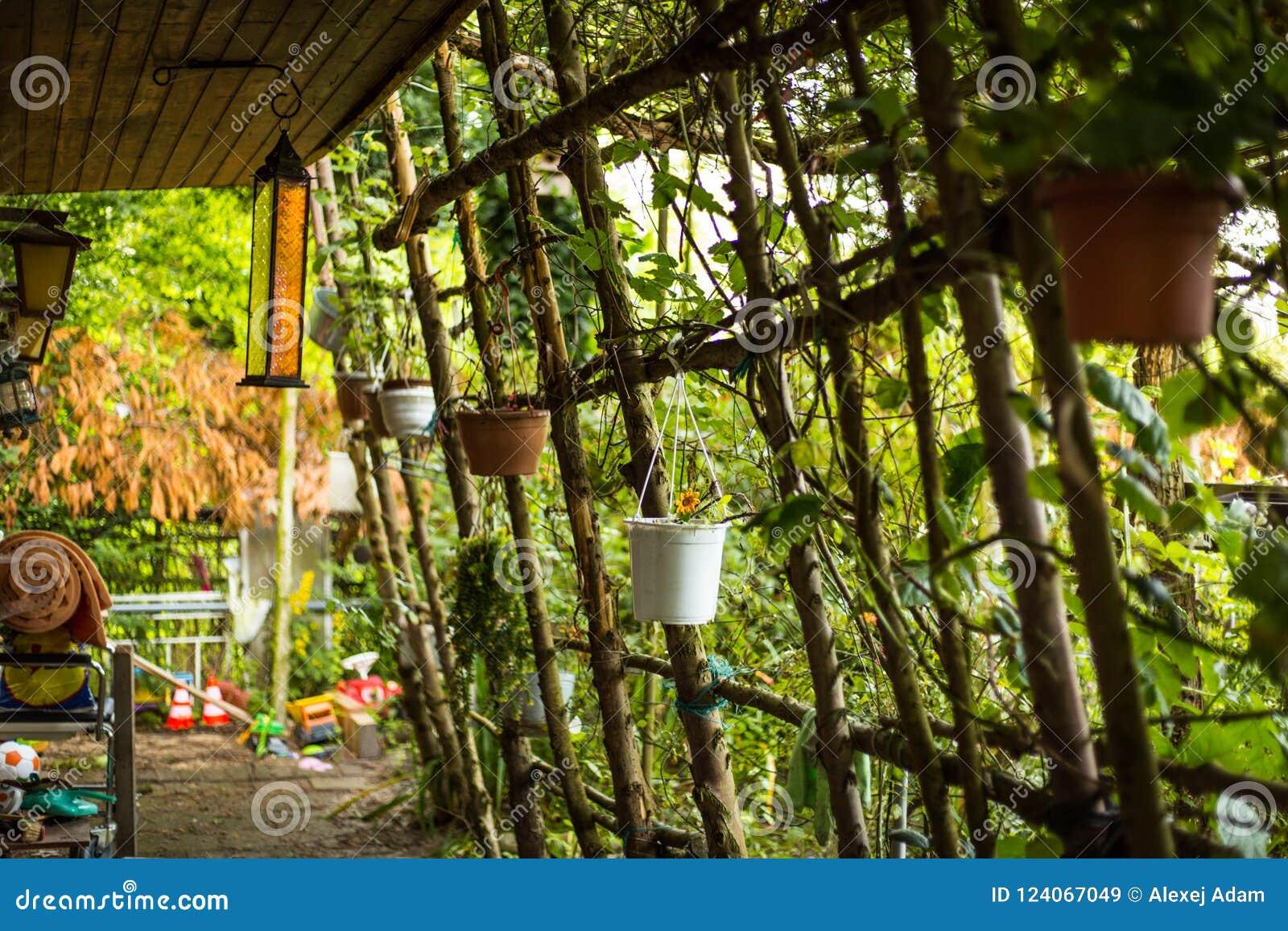 Vecchia casa di campagna con il giardino immagine stock immagine