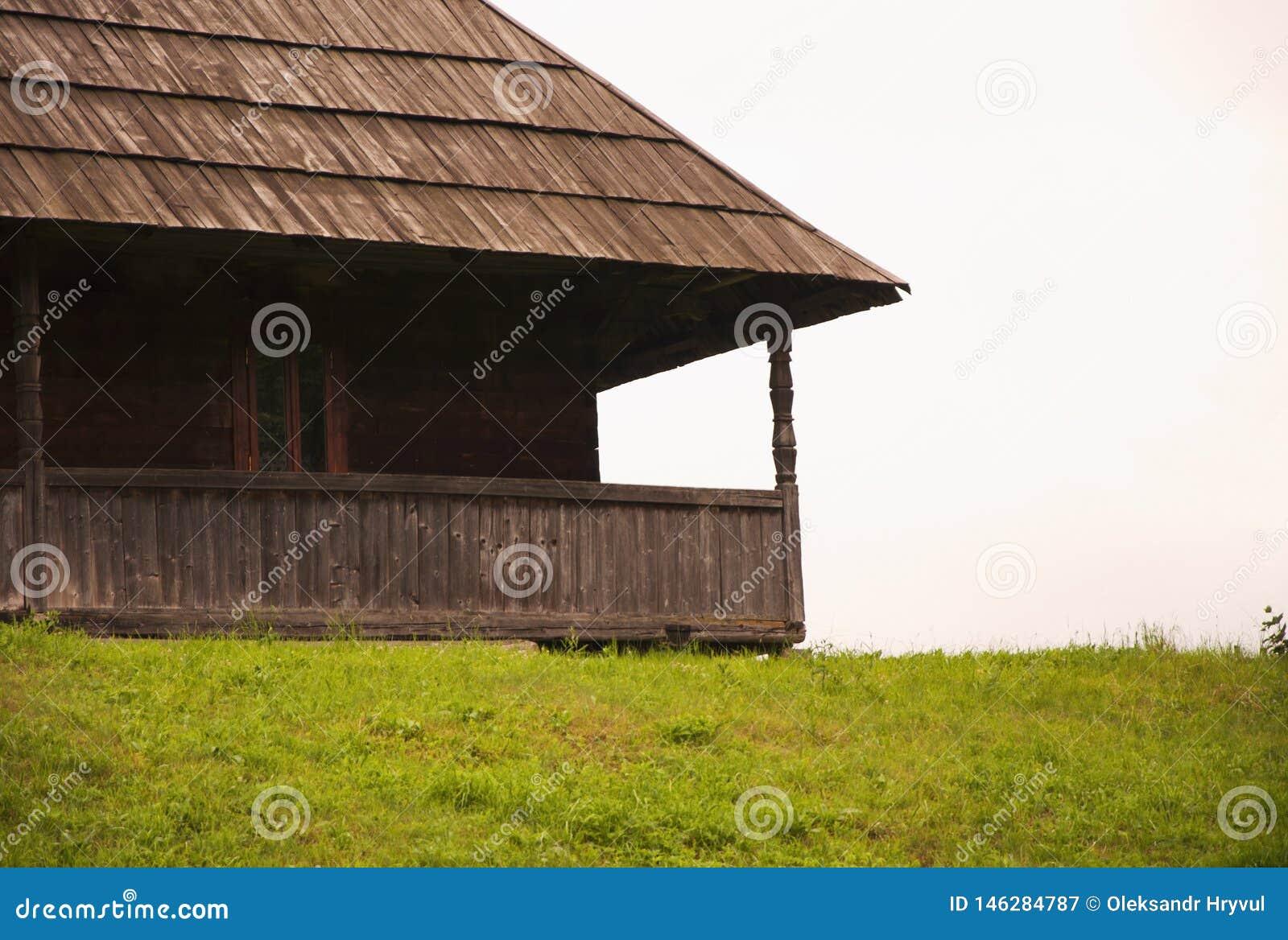 Vecchia casa di legno del villaggio della parte nelle montagne