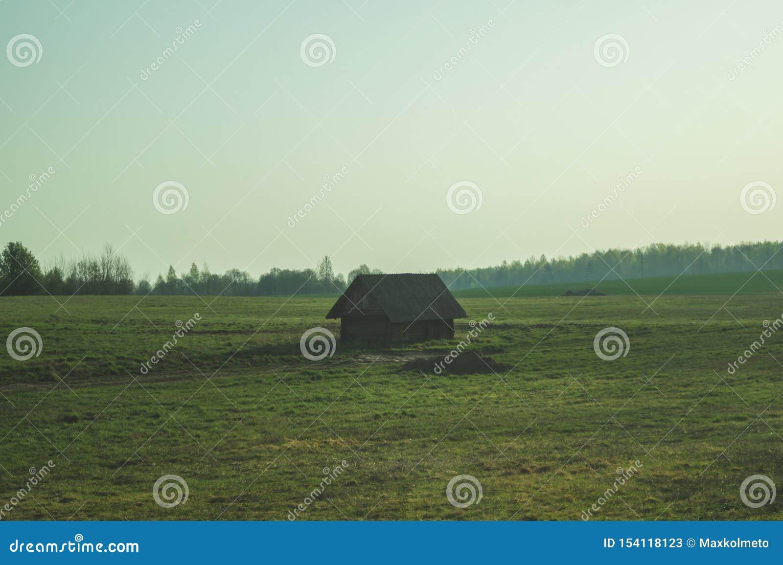 Vecchia casa di legno nella campagna E