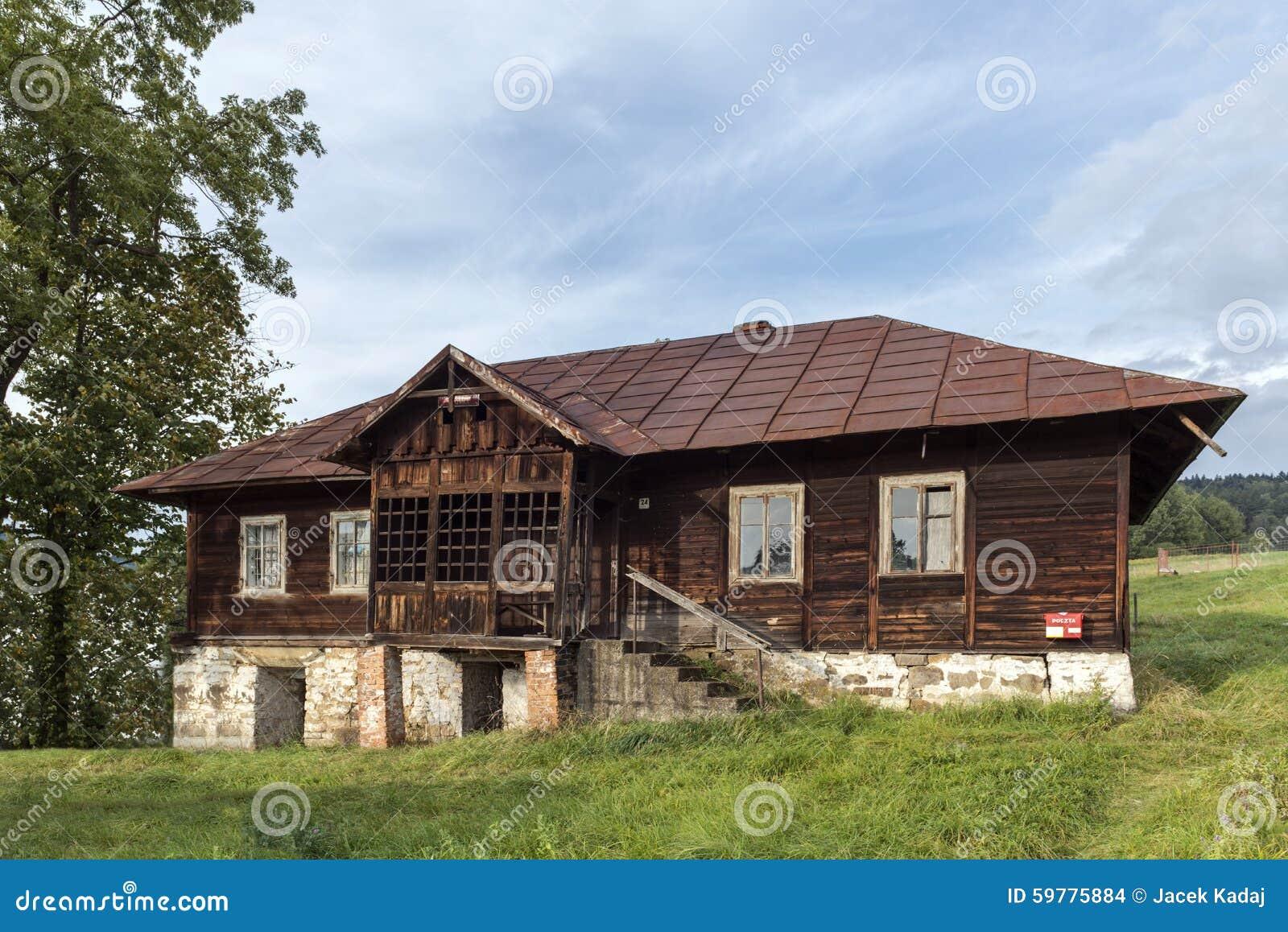 Vecchia casa di legno polonia fotografia stock immagine for Case in legno in polonia