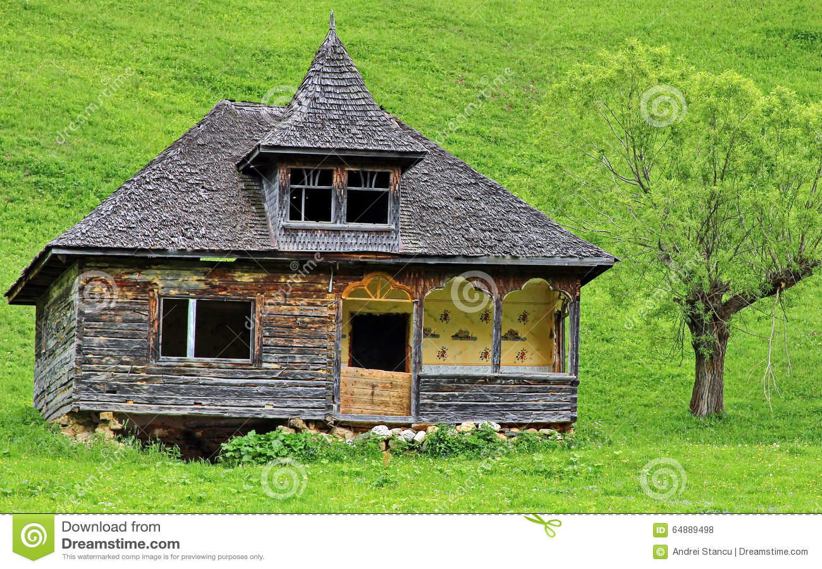 Vecchia casa di legno tradizionale fotografia stock for Casa in legno tradizionale