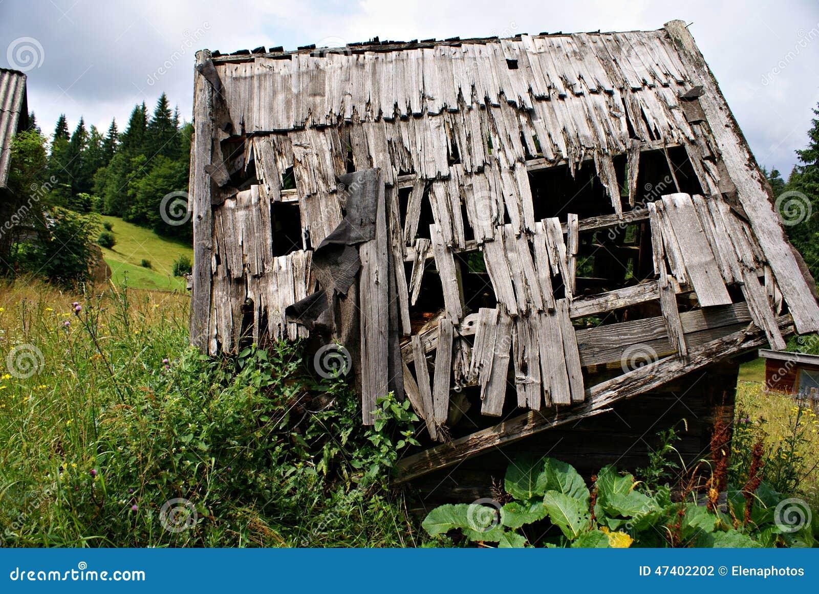 Vecchia casa di legno in un paesino di montagna rumeno for Case di legno in romania