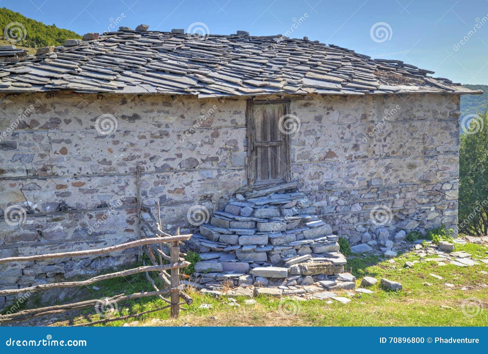 Case Di Montagna In Pietra : Vecchia casa di pietra nella montagna fotografia stock immagine