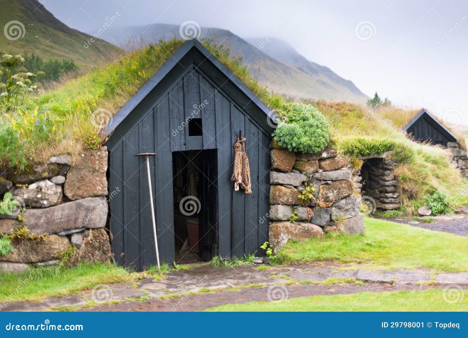Vecchia casa islandese rurale tipica invasa immagine stock for Casa tradizionale islandese
