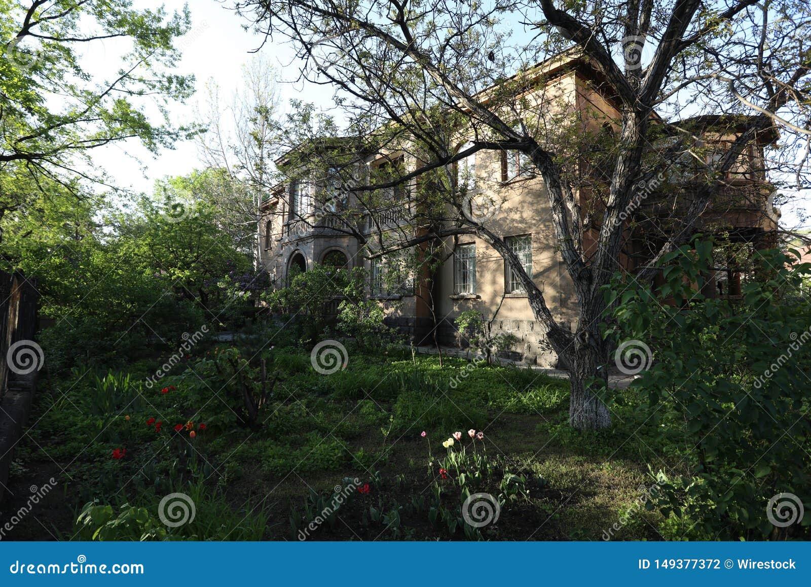 Vecchia casa misteriosa nella foresta