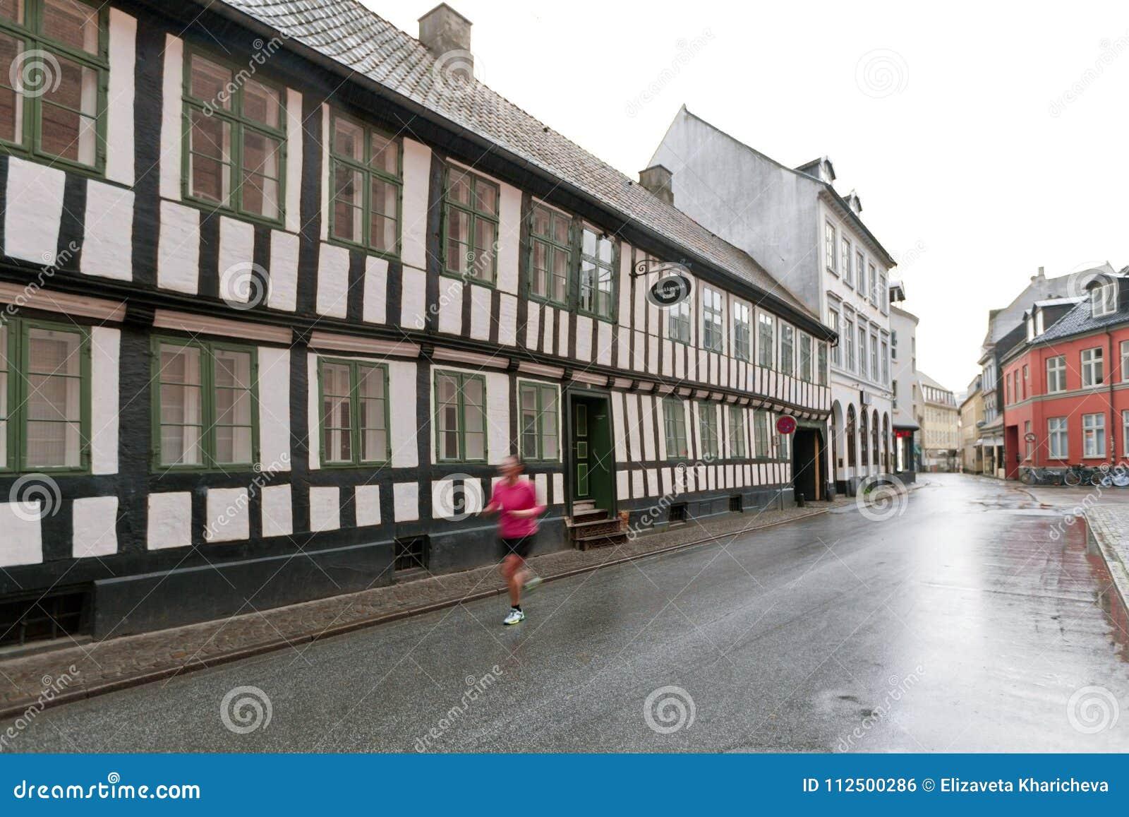 Case Di Legno E Mattoni : Vecchia casa rossa con le finestre bianche casa a graticcio