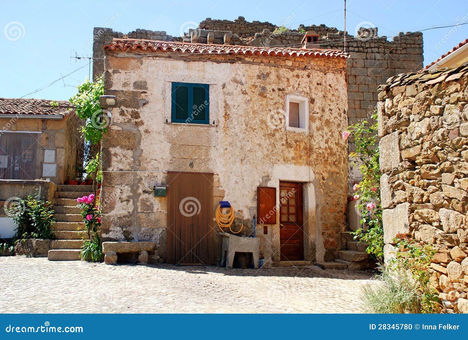 Vecchia Casa Rurale Di Pietra (Portogallo) Fotografia Stock - Immagine: 28345780