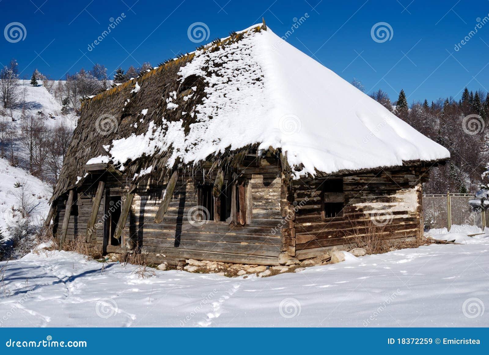 Vecchia casa rustica di legno romania immagine stock for Case di legno romania