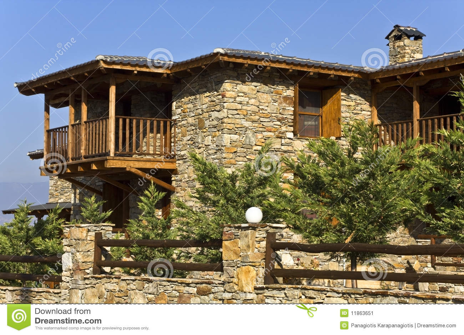 Vecchia casa tradizionale di pietra della campagna for Piani di casa artigiano tradizionale