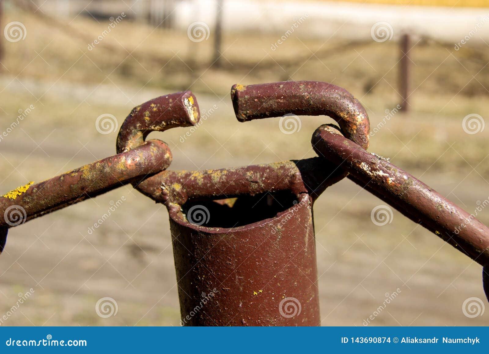 Vecchia catena arrugginita Gli elementi di fissaggio della catena Collegamenti a catena