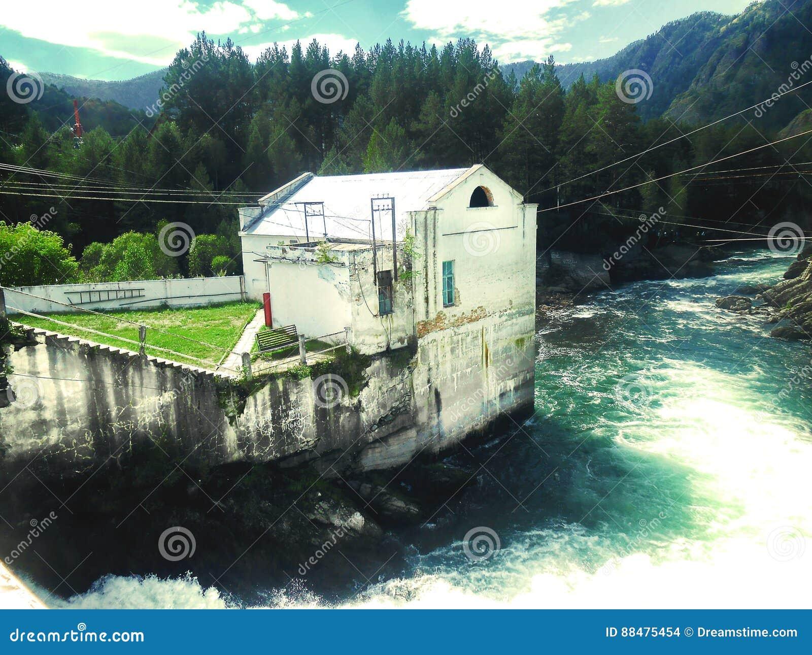 Vecchia centrale idroelettrica in Chemal, Gorny Altai