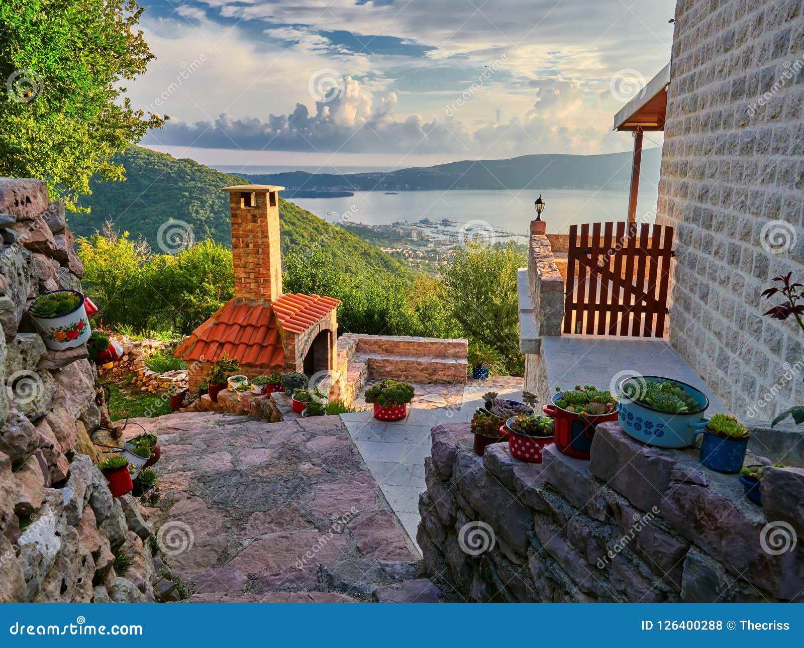 Vecchia città di Gornja Lastva vicino a Teodo, Montenegro