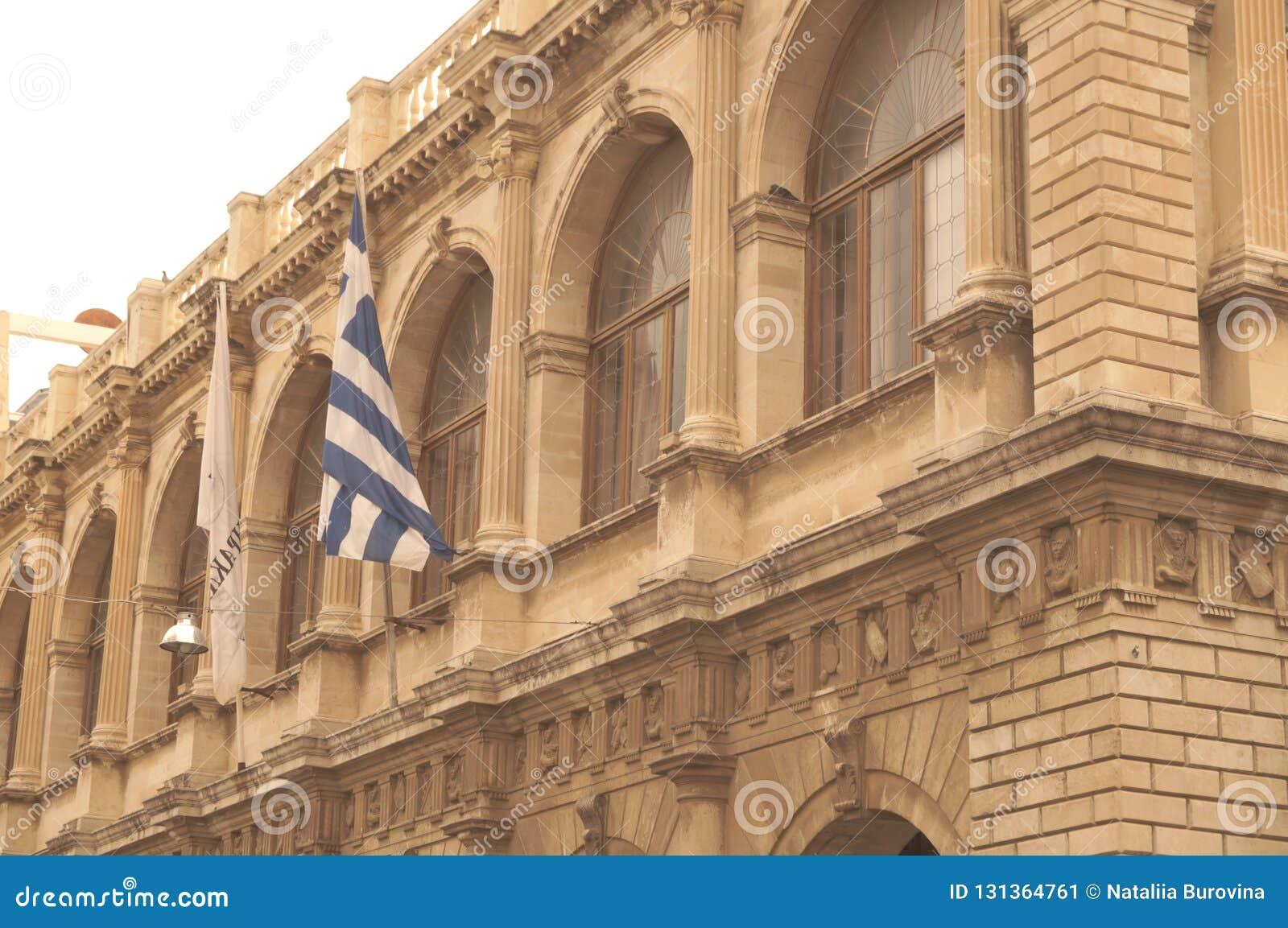 Vecchia costruzione con la bandiera greca