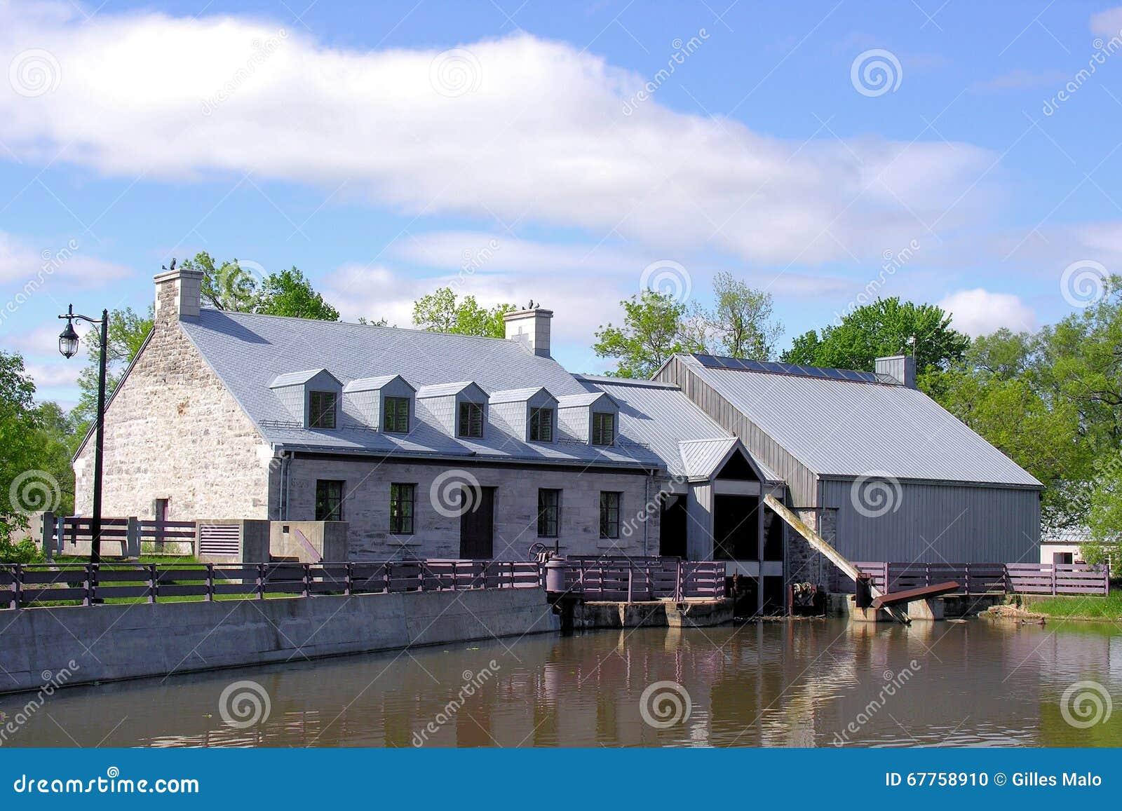 Vecchia costruzione per la diga in isola dei mulini nel Canada