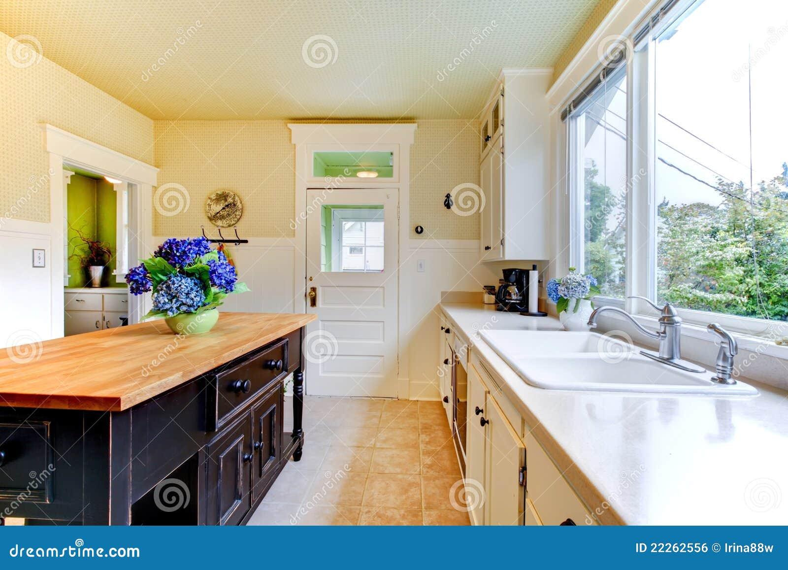 Vecchia Cucina Bianca Antica Con L'isola Nera. Immagine Stock Libera  #6C391D 1300 957 Foto Di Case Con Cucina A Vista