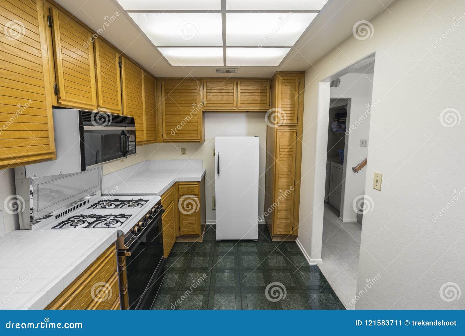 Cucina Anni 80 : Vecchia cucina del condominio degli anni immagine stock