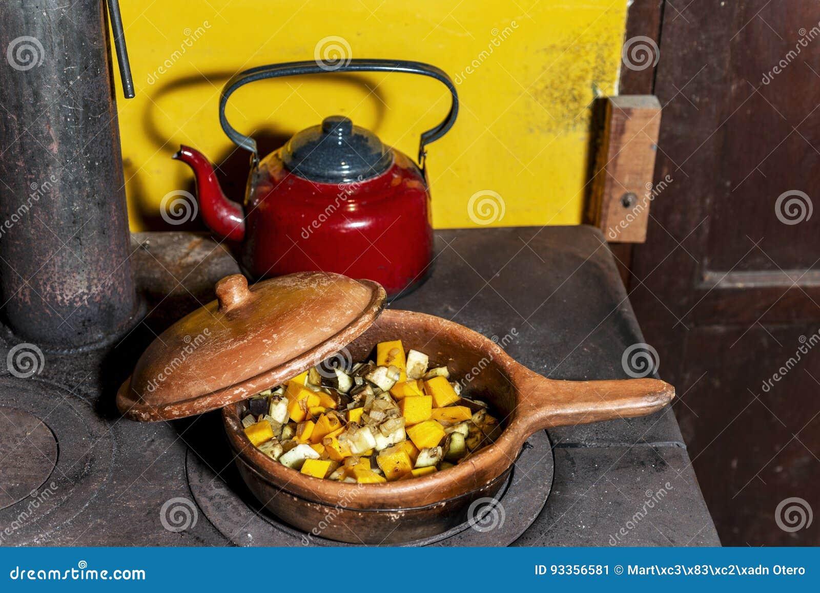 Vecchia Cucina Della Legna Da Ardere In Cui Stanno Cucinando ...