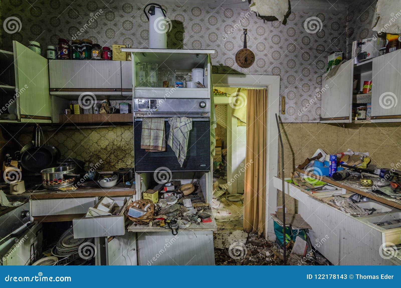 Vecchia Cucina E Molte Cose Fotografia Stock Editoriale - Immagine ...
