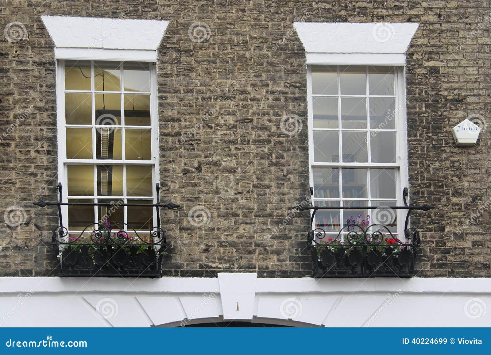Vecchia decorazione inglese di stile di tudor finestre for Finestre bianche