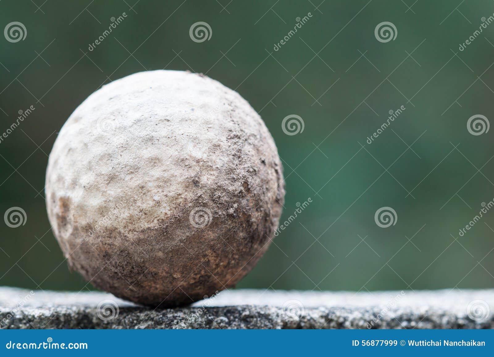 Vecchia e palla da golf sporca