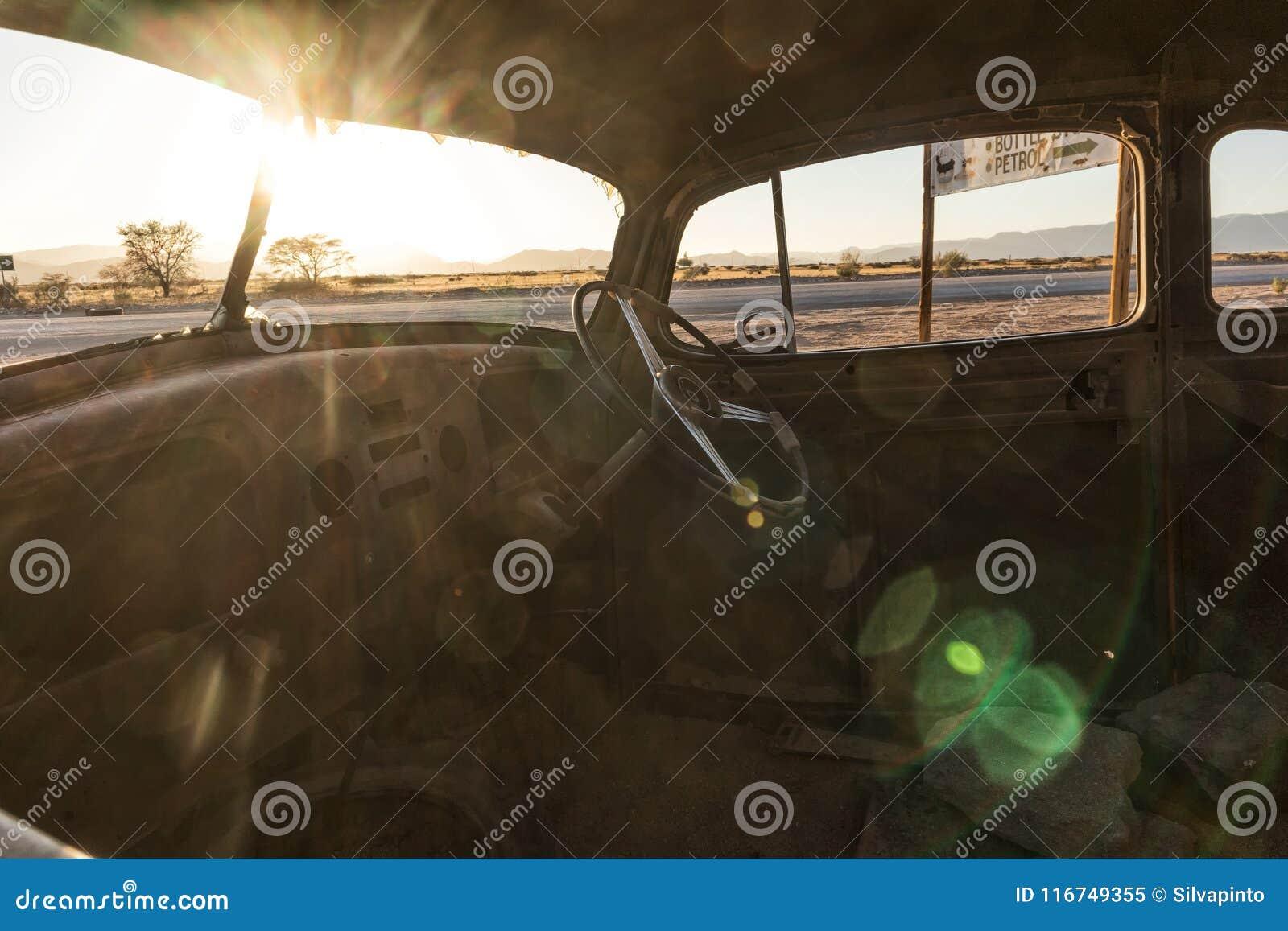 Vecchia ed automobile abbandonata nel deserto della Namibia solitaire Con la bella luce dell alba Vista interna