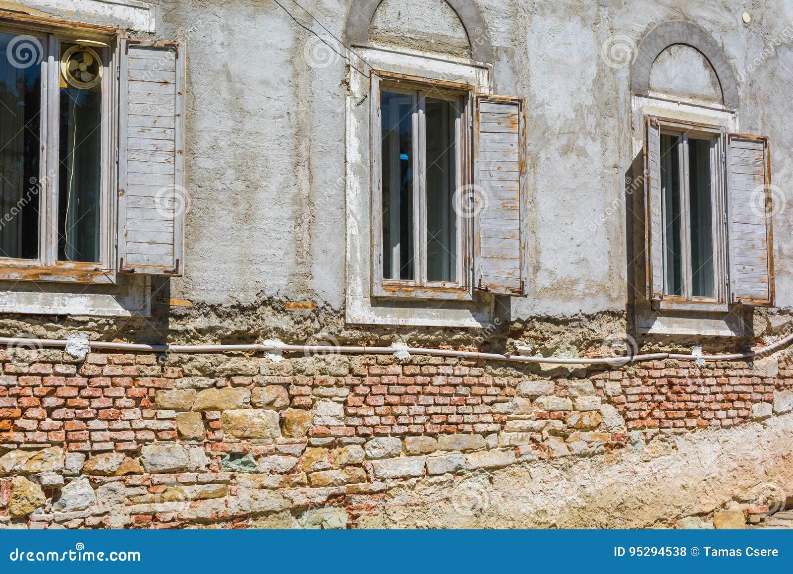 Vecchia facciata della casa con mattoni a vista con le for Planimetrie della casa di mattoni