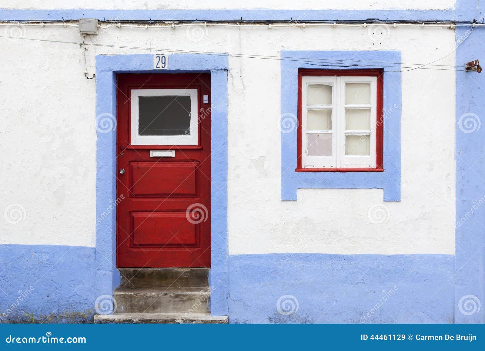 Vecchia facciata portoghese con la porta e la finestra for Porta e finestra insieme