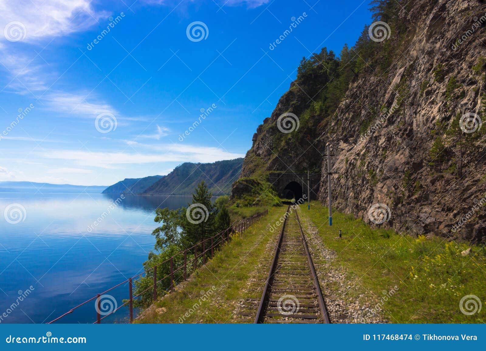 Vecchia ferrovia siberiana del trasporto sul lago Baikal
