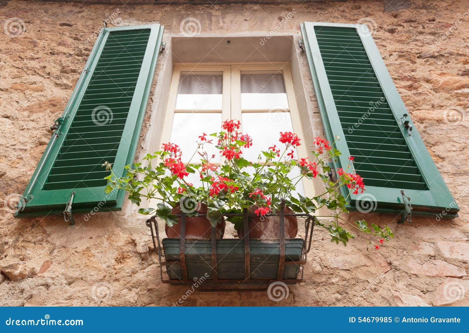 Vecchia finestra con i fiori in pienza toscana immagine for Finestra con fiori disegno