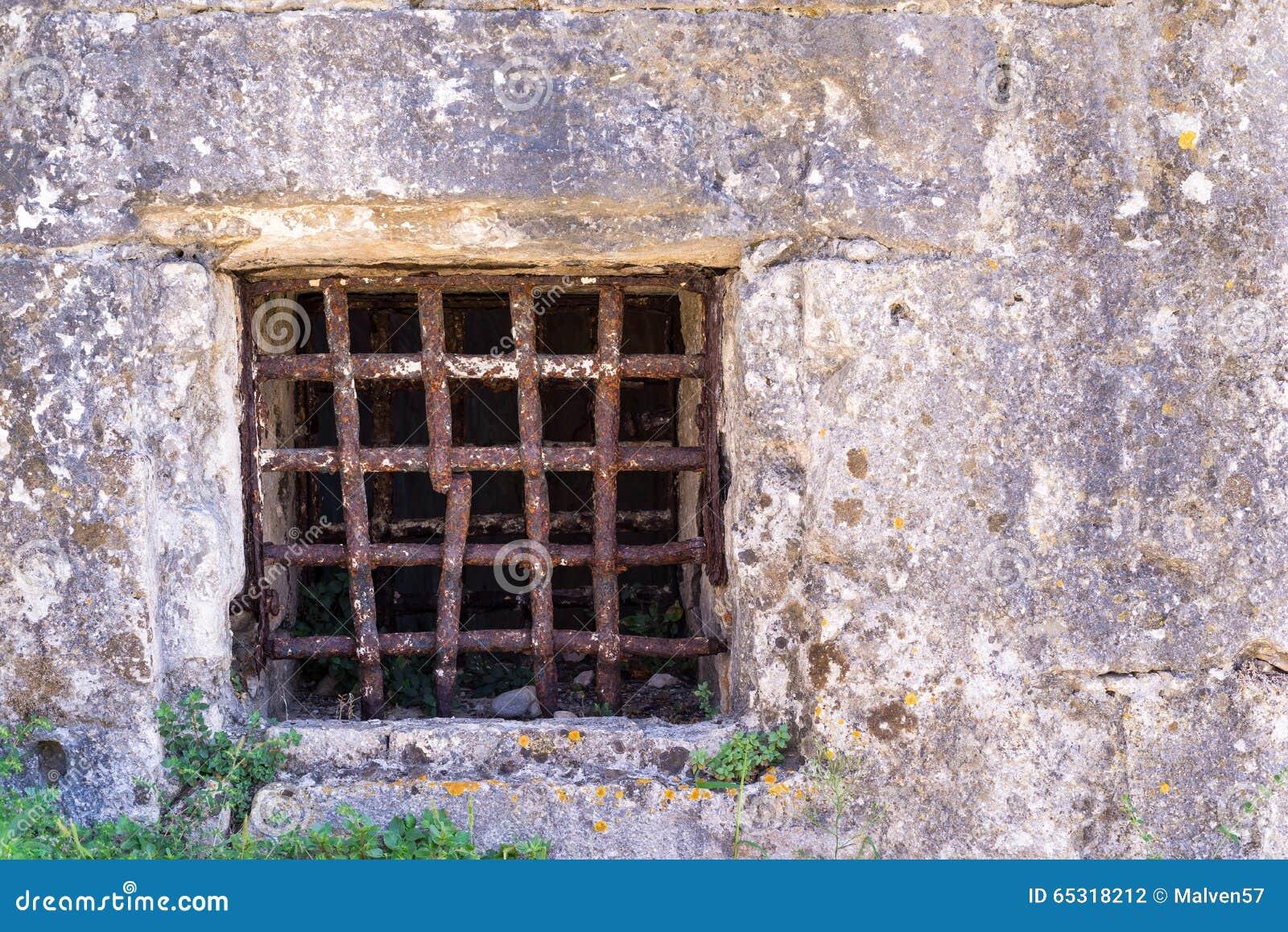 Vecchia finestra con una grata arrugginita sulla parete for Finestra antica aperta