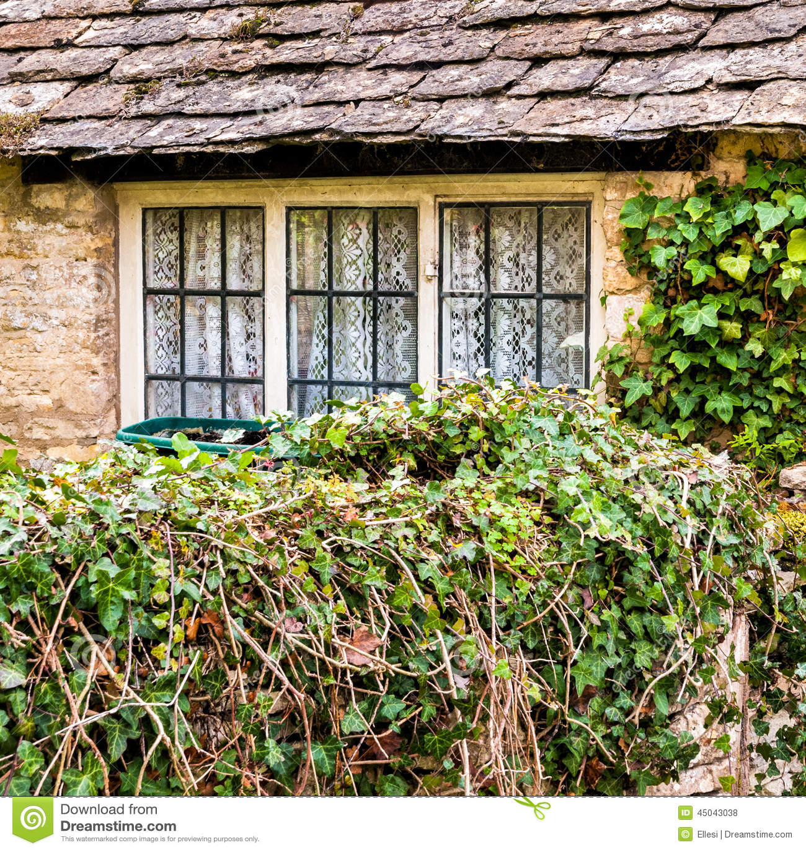 Vecchia finestra del cottage fotografia stock immagine for Finestra vecchia
