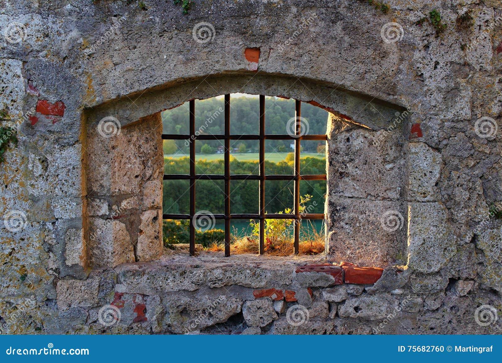 Vecchia finestra della grata del castello fotografia stock for Piano del telaio della finestra