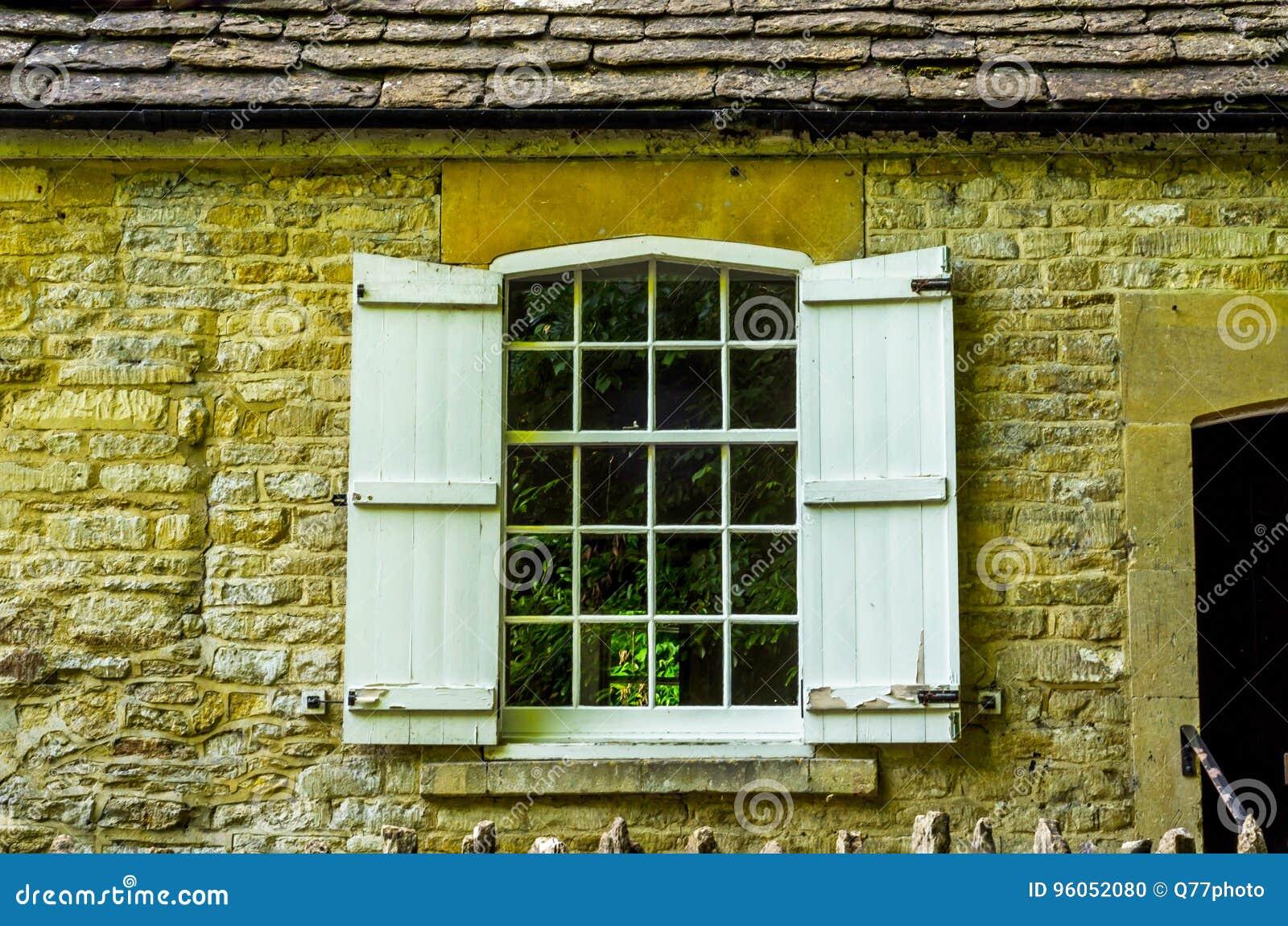 Vecchia finestra di legno in un monumento storico, pietra caratteristica f