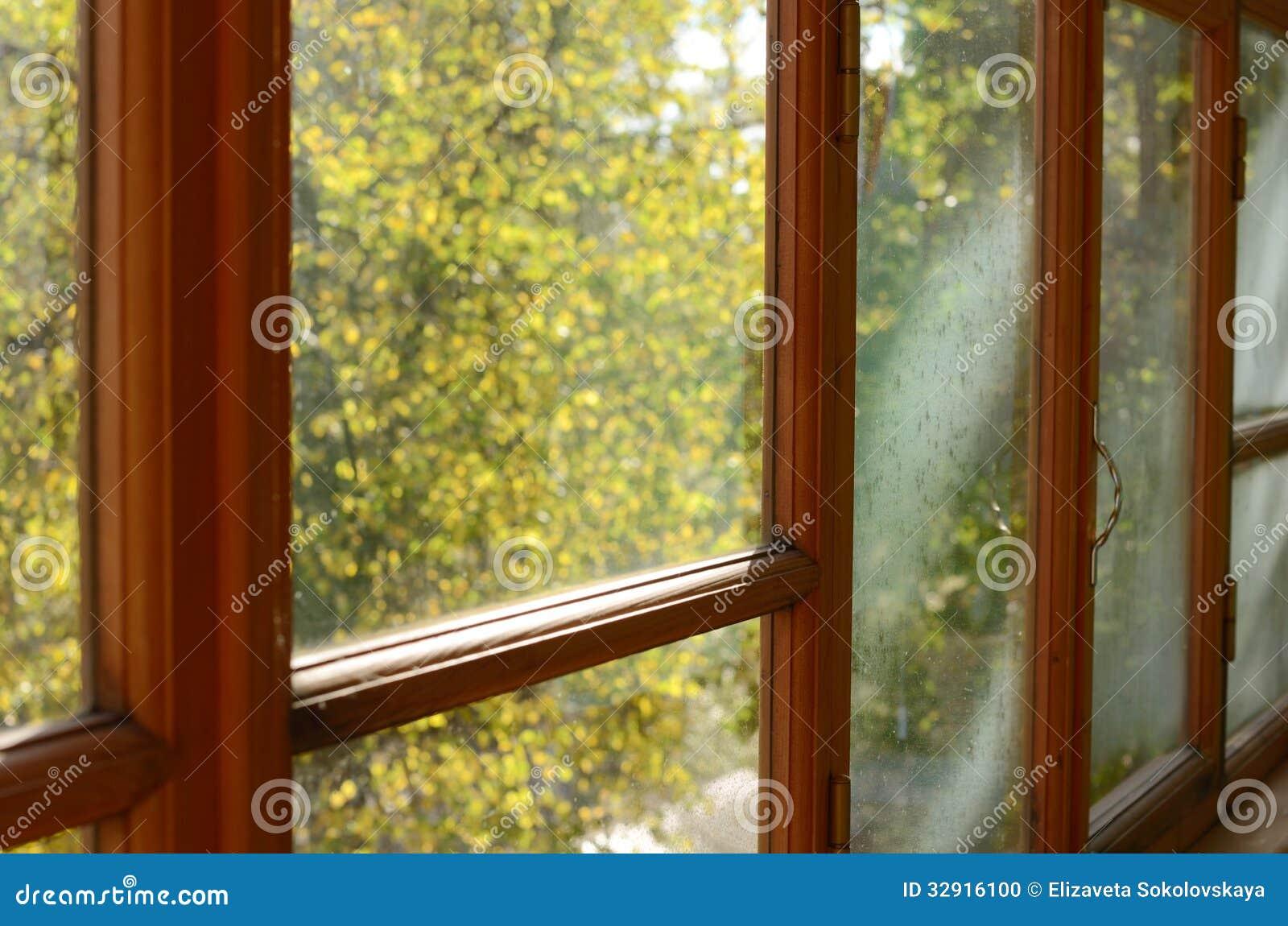 Vecchia finestra piangente con le luci del sole fotografia for Finestra vecchia