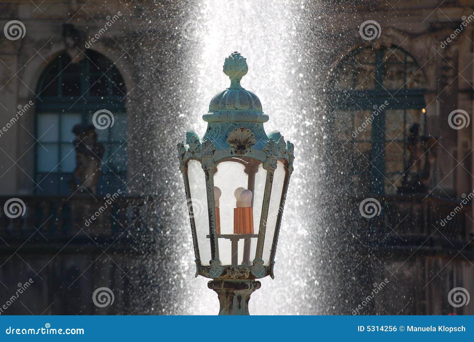 Download Vecchia Fontana Di Acqua E Della Lanterna Fotografia Stock - Immagine di lampada, annata: 5314256