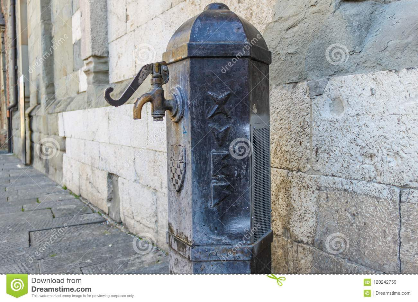 Vecchia fontana di acqua potabile