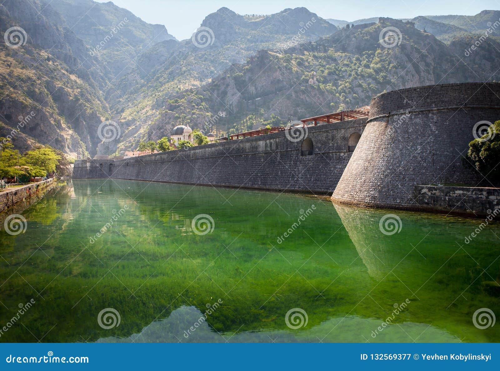 Vecchia fortezza di Cattaro Torre e parete, montagna al backgroun