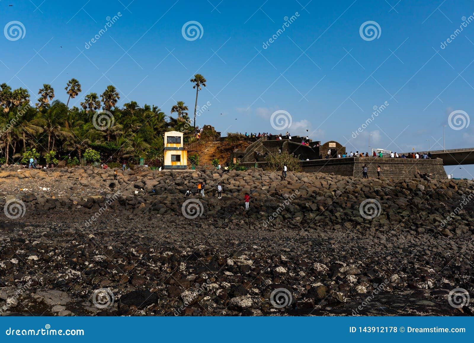 Vecchia fortificazione su una riva