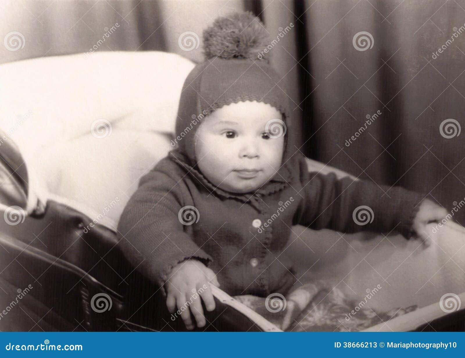 Vecchia fotografia di piccolo neonato in una carrozzina