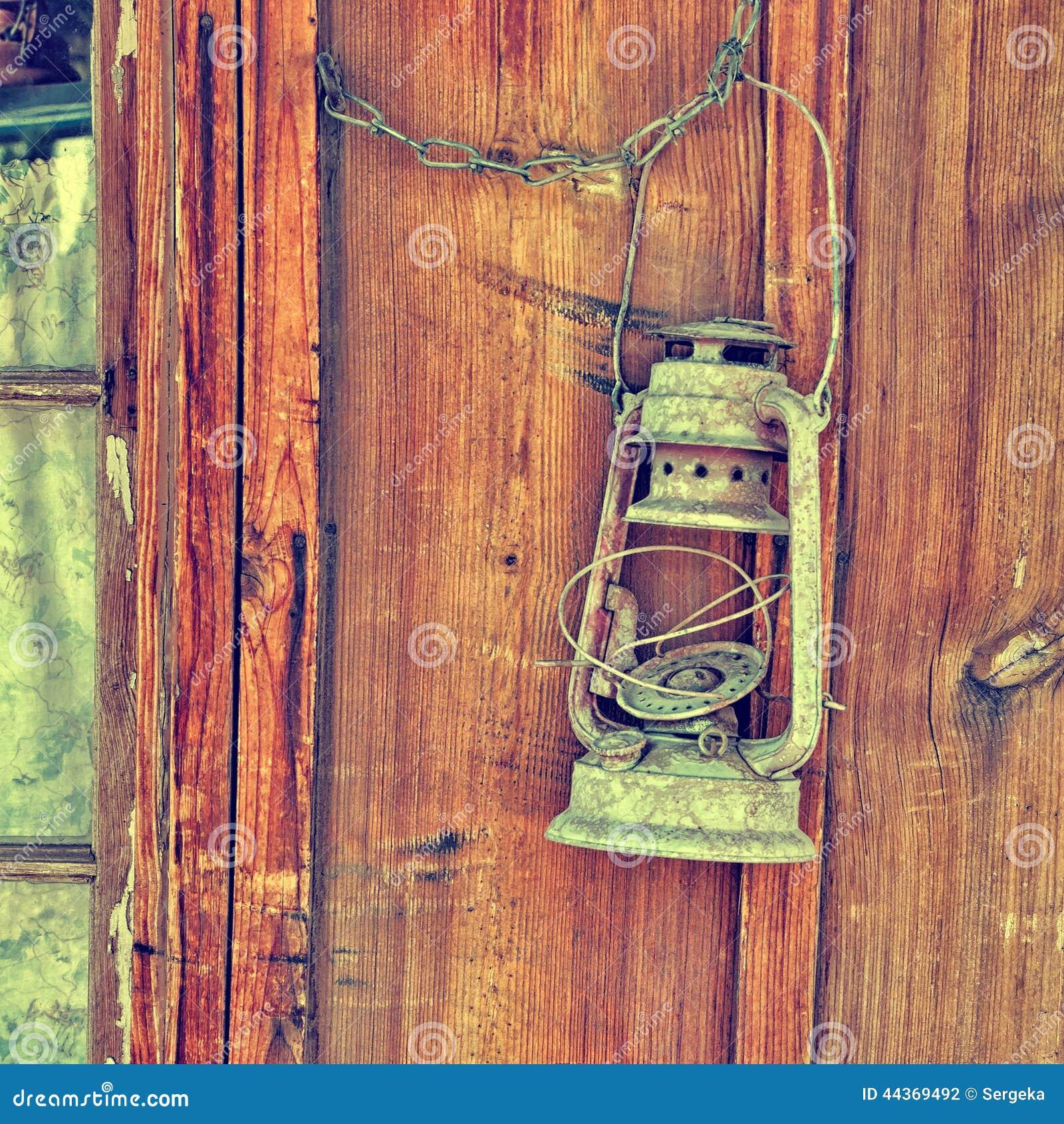 Vecchia lampada su una parete