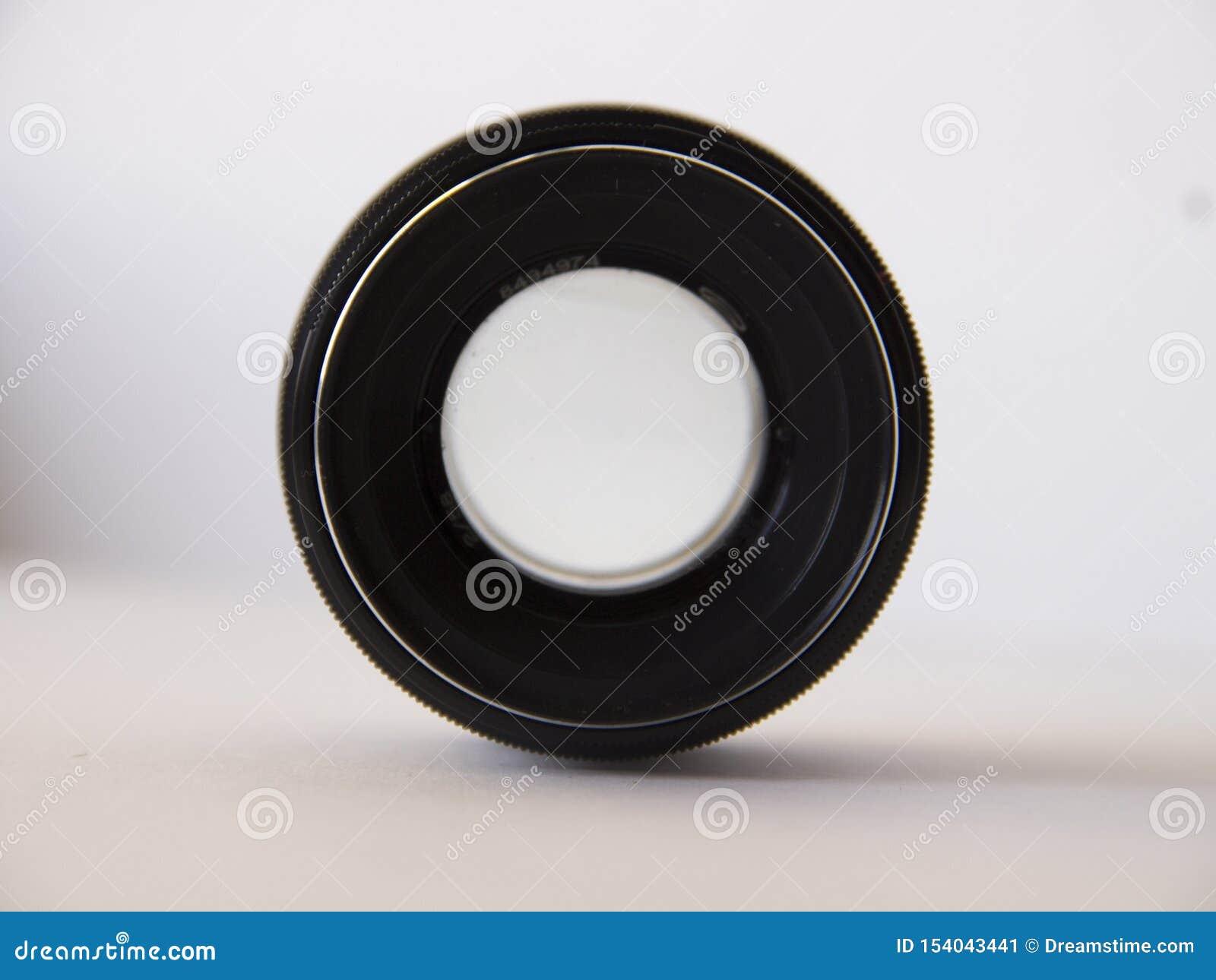 Vecchia lente su fondo bianco