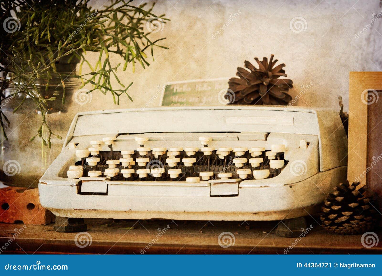 Vecchia macchina da scrivere sul filtro da seppia